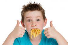Objawem biedy w Polsce jest... dziecko z nadwagą, żywiące się niezdrowymi produktami