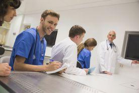 Studenci medycyny wracają, ale pełni wątpliwości