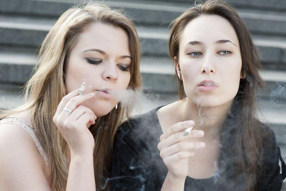 Rodzinne i rówieśnicze czynniki związane z upijaniem się  i paleniem tytoniu przez 15-letnią młodzież