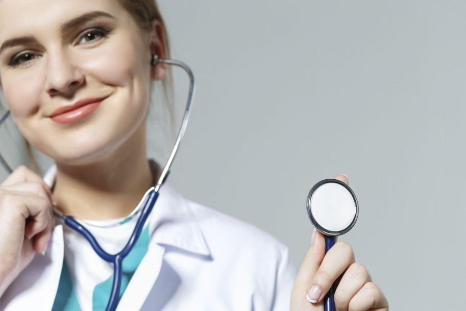 Czy lekarz stażysta jest uprawniony do wystawiania recept pro auctore i pro familiae?
