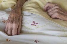 Emerytowani lekarze umierali na Covid-19 za płotem covidowego szpitala