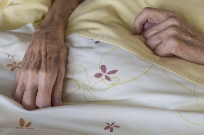 Skandaliczne zaniedbania w DPS-ie: odleżyny do kości, larwy w ranie