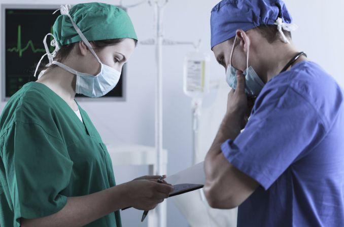 Czy personel medyczny może przerwać pracę przez brak masek?