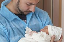 Dla niemowląt urodzonych przez cesarskie cięcie korzystny jest bliski kontakt z ojcem