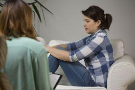 Alkoholicy i narkomani wrzuceni do jednego worka – terapeuci oburzeni