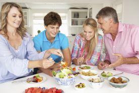 Czy spożywanie wspólnych posiłków z rodziną może chronić nastolatki przed otyłością?*