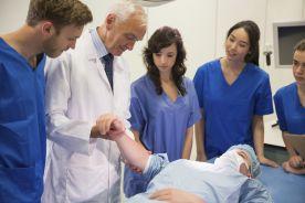 Część zajęć na uczelniach medycznych z czerwonej strefy może odbywać się stacjonarnie