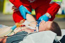 Dlaczego wieziony karetką pacjent zginął pod kołami innego samochodu?
