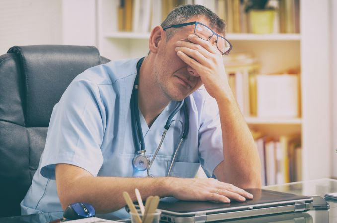 145 młodych lekarzy wróciło do harówki ponad unijne normy