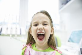 Zastosowanie prefabrykowanych koron cyrkonowych w celu odbudowy znacznie zniszczonych przez chorobę próchnicową mlecznych zębów siecznych