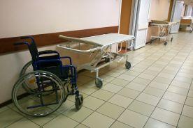 Pacjent SOR-u kilka godzin leżał półnagi na podłodze?