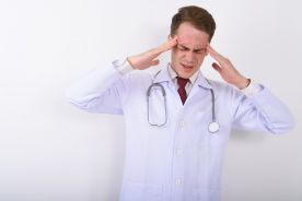 Prokuratura: lekarz może pracować ponad dobę, chory i z gorączką