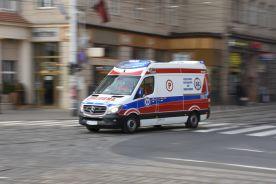 Karetki godzinami krążą między szpitalami