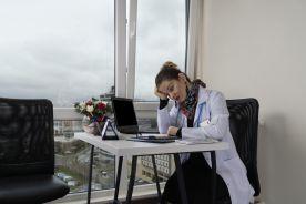 Lekarz rodzinny: codziennie przyjmuję dwa razy więcej pacjentów niż przed epidemią, pan Sasin mógłby ugryźć się w język