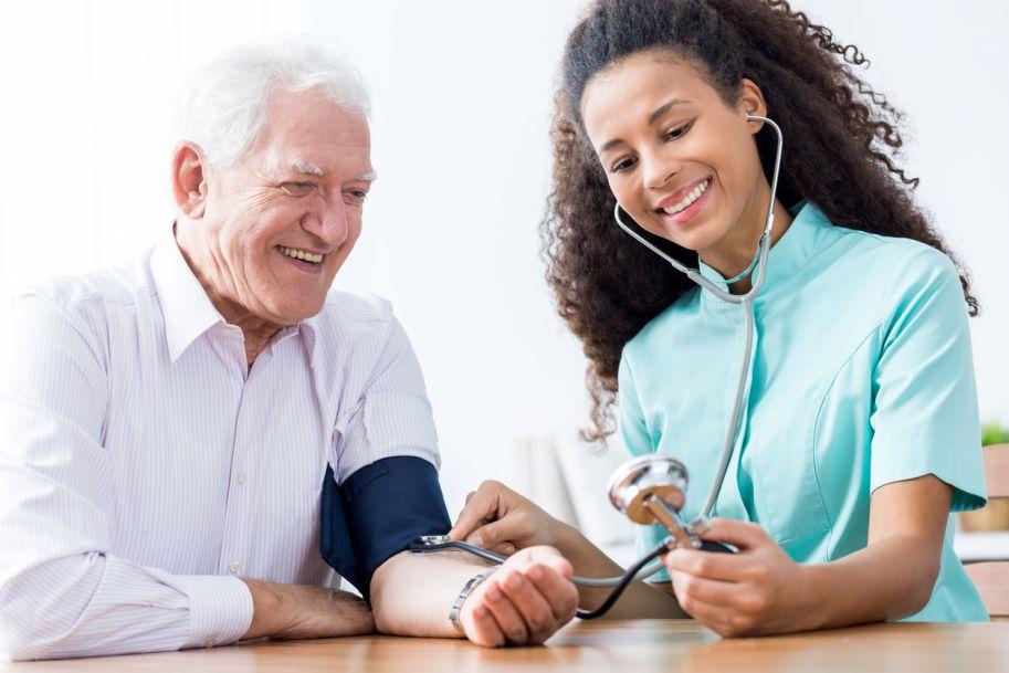 Między Scyllą a Charybdą – leczenie nadciśnienia tętniczego w wieku podeszłym i bardzo podeszłym – bardziej czy mniej intensywnie?