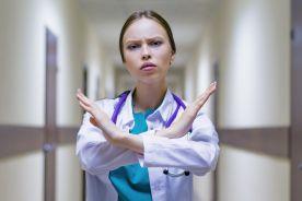 Nie podpisujmy szkodliwie sformułowanych umów cywilnoprawnych – to uwłacza godności lekarza