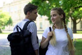 Nastolatki częściej niż dzieci zakażają się koronawirusem