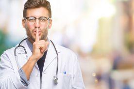 Dyrektorzy wyciszają lekarzy