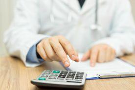 Ile wynosi średnia pensja polskiego lekarza?