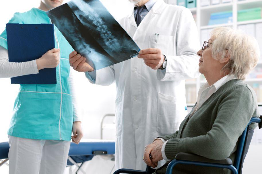 Osteoporoza u starszych kobiet i mężczyzn – diagnostyka i leczenie farmakologiczne