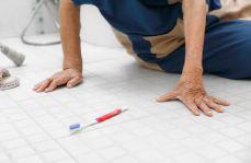 Jak skutecznie zapobiegać złamaniom kości wśród osób starszych? Przyczyny i profilaktyka upadków
