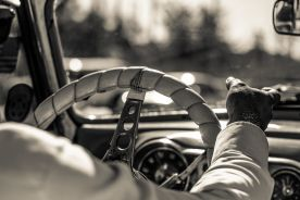 """Młodzi kierowcy """"muszą"""" słuchać muzyki"""