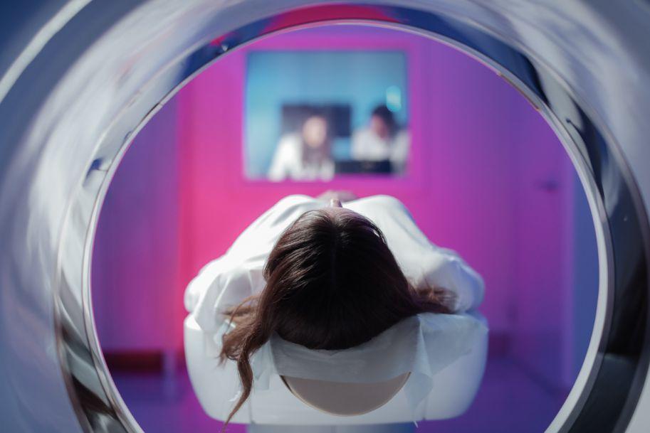 Przypadek pacjentki z synchronicznymi nowotworami prawego migdałka podniebiennego z przerzutami do węzłów chłonnych szyi oraz piersi lewej z przerzutami do węzłów chłonnych pachy, zdiagnozowanymi w PET-CT i leczonymi radykalnie