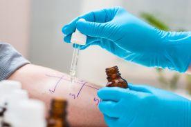 Alergiczny wyprysk kontaktowy w wyniku narażenia na balsam peruwiański i olejek mięty pieprzowej